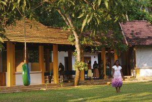 Manori går över skolgården